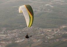 Vuelo del Paragliding en montaña Fotos de archivo libres de regalías