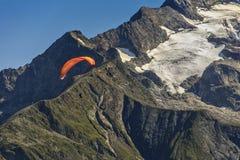 Vuelo del Paragliding sobre la montaña fotos de archivo