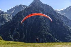 Vuelo del Paragliding sobre la montaña imagen de archivo libre de regalías