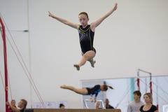 Vuelo del salto del haz de la chica joven de la gimnasia Fotos de archivo libres de regalías