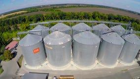 Vuelo del terminal del grano del abejón La planta del grano para el almacenamiento y la sequedad del grano Terminal del grano Pla almacen de video