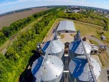 Vuelo del terminal del grano del abejón La planta del grano para el almacenamiento y la sequedad del grano Terminal del grano Pla imágenes de archivo libres de regalías