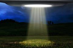 Vuelo del UFO en el ser humano de la búsqueda de la noche Imagen de archivo libre de regalías