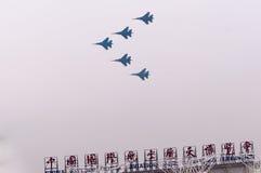 Vuelo del vuelo su-27 de las personas sobre pasillo del airshow imagen de archivo