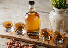 Vuelo del whisky en fondo rústico imágenes de archivo libres de regalías