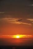 Vuelo en el amanecer Foto de archivo libre de regalías