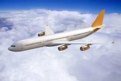 Vuelo en el cielo, nubes del aeroplano del jet fotos de archivo