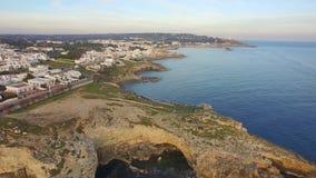 Vuelo en la costa italiana en un día hermoso almacen de metraje de vídeo