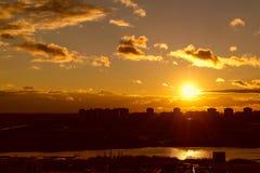 Vuelo en la puesta del sol Fotos de archivo