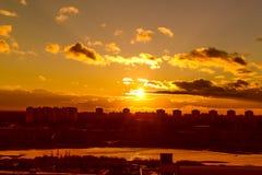 Vuelo en la puesta del sol Fotos de archivo libres de regalías