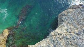 Vuelo en la roca de la costa italiana con el wate cristalino almacen de video