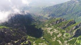 Vuelo en las montañas de Tatras almacen de metraje de vídeo
