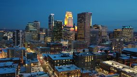 Vuelo en Minneapolis en la noche almacen de video