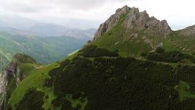 Vuelo en montañas cerca del pico de Gewont metrajes