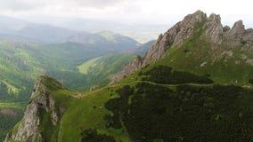 Vuelo en montañas cerca del pico de Gewont almacen de video