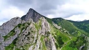 Vuelo en montañas cerca del pico de Gewont almacen de metraje de vídeo