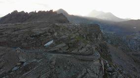 Vuelo en montañas en la salida del sol almacen de metraje de vídeo
