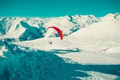 Vuelo en tándem del ala flexible sobre Gudauri Paracaídas colorido Forma de vida activa, aficiones extremas Paragliding Georgia T Fotografía de archivo