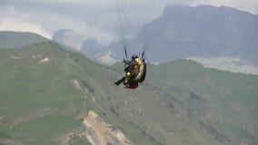 Vuelo en tándem del Paragliding delante de la cámara metrajes