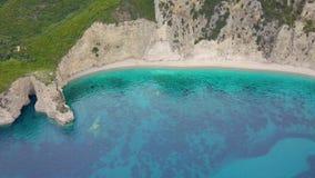 Vuelo encima de la playa del paraíso en la isla de Corfú en Grecia