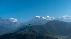 Vuelo entre las montañas, Pokhara, Nepal del helicóptero Fotografía de archivo