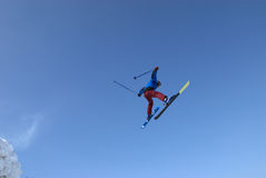 Vuelo extremo del esquí Foto de archivo libre de regalías