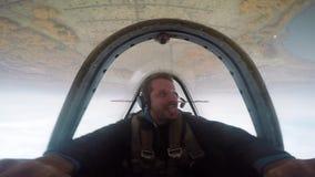 Vuelo extremo en un pequeño avión de los deportes Un hombre vuela en el cielo, emociones metrajes