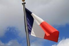 Vuelo francés de la bandera en polo en d3ia fotos de archivo