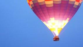 Vuelo grande del globo del aire caliente en Goreme, Cappadocia, Turquía almacen de video