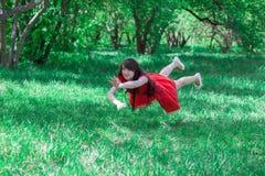 vuelo hermoso de la muchacha entre fotografía de archivo libre de regalías