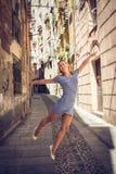Vuelo hermoso de la muchacha a través de las calles de Cagliari en Cerdeña Fotos de archivo libres de regalías