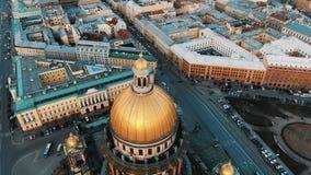 Vuelo hermoso en el abejón alrededor de la catedral del St Isaac en St Petersburg Vistas panorámicas del capital septentrional  foto de archivo