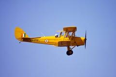 Vuelo indio de Tiger Moth de la fuerza aérea en la aero- India Imagen de archivo libre de regalías