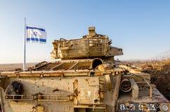 Vuelo israelí de la bandera al lado de un tanque israelí de Yom Kippur War en el teléfono Saki en Golan Heights imagen de archivo libre de regalías