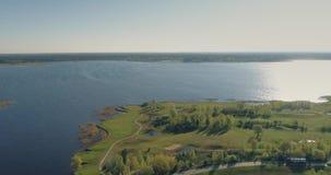 Vuelo 4k, lago, paisaje del puente, verano del abejón del campo de golf, arriba, forma de vida, hermosa almacen de video