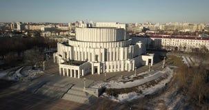 Vuelo lento alrededor del teatro de la ópera en el centro de Minsk, Bielorrusia almacen de metraje de vídeo