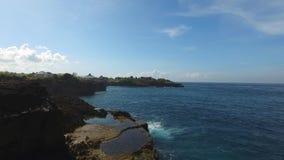 Vuelo a lo largo de la costa rocosa de la isla tropical almacen de video
