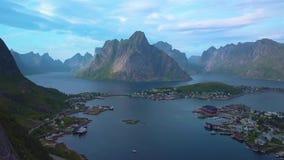 Vuelo a lo largo de la roca y y de la vista aérea del pequeño pueblo pesquero  almacen de video