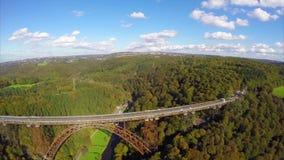 Vuelo a lo largo del puente de acero viejo lateral, antena del camino del tren de ferrocarril metrajes