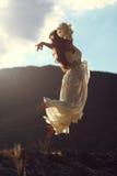 Vuelo majestuoso de la mujer en luz de la puesta del sol Fotografía de archivo libre de regalías