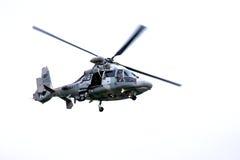 Vuelo militar del helicóptero de la marina de guerra - aislado Fotografía de archivo