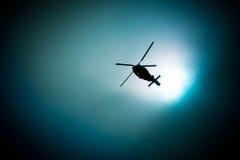 Vuelo militar del helicóptero de la marina de guerra en el cielo oscuro Fotos de archivo