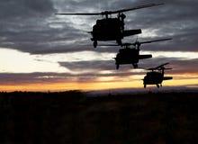 Vuelo nocturno militar americano de los helicópteros fotografía de archivo