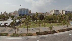 Vuelo oblicuo en la playa de Limassol almacen de video