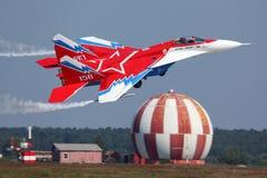 Vuelo perfoming de la demostración de MiG-29OVT en Zhukovsky durante el airshow MAKS-2011 Fotos de archivo