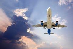 Vuelo plano del avión de pasajeros en el cielo fotos de archivo