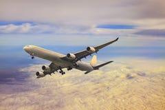 Vuelo plano del avión de pasajeros sobre la nube Imagen de archivo libre de regalías