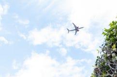 Vuelo plano en la baja altitud en un cielo de la nube y despejada fotos de archivo