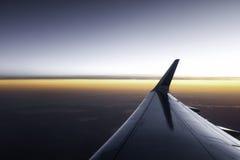 Vuelo plano en la puesta del sol Imagen de archivo libre de regalías