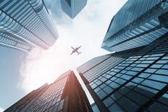 Vuelo plano sobre rascacielos del negocio fotografía de archivo libre de regalías